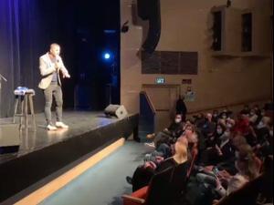הסטנדאפיסט נדב אבקסיס בהופעה בהיכל התרבות בעפולה ביום הראשון של חזרת התרבות לאחר שנת הקפאתה בעקבות משבר הקורונה, 21 בפברואר 2021. דוברות עיריית עפולה,