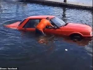 רכב שוקע במים. Facebook/luke brown, צילום מסך