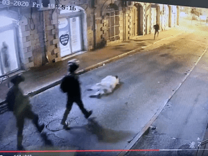 """תיעוד: חרדי התוקף ללא סיבה ע""""י קצין מג""""ב בירושלים  23.2.21. מצלמות אבטחה, צילום מסך"""