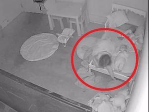 """אבא תיעד את בתו הפעוטה נגררת אל מתחת למיטה ע""""י כוח בלתי מוסבר. joshdean0222, צילום מסך"""
