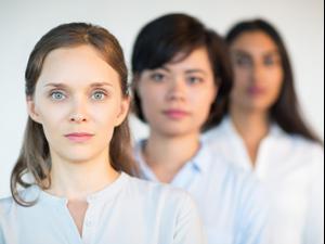 שלוש נשים בפנים רציניות. ShutterStock