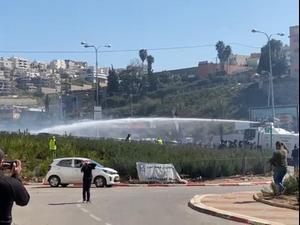 הפרות סדר במהלך הפגנה המונית באום אל-פחם; 4 נעצרו עד כה 26.02.21. אין, מערכת וואלה! NEWS