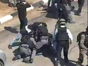 תיעוד: שוטרים מכים מפגינים בהפגנה באום אל-פחם ומבצעים מעצרים  27.02.21. אין, אתר רשמי