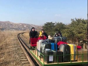 דיפלומטים רוסים חזרו מצפון קוריאה - בקרון רכבת שהסיעו ידנית 27.02.21. רויטרס, רויטרס