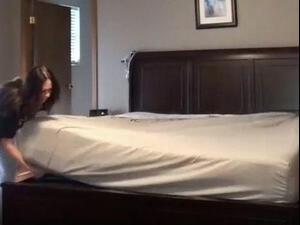 האם זו הדרך הכי טובה להחליף מצעים במיטה?. @loriparker8, צילום מסך