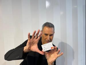אורי גלר בקמפיין טלוויזיה למאסטרקארד. יחצ,