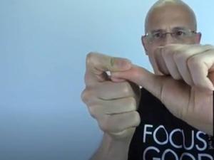 סרטון ויראלי טוען שאפשר להתמסטל בעזרת האצבעות. @alphavile21, צילום מסך