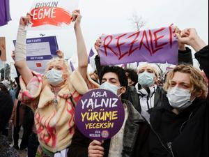 """טורקיה: מאות הפגינו נגד הפרישה של אנקרה מ""""אמנת איסטנבול"""" שנועדה להגן על נשים  21.3.21. רויטרס"""