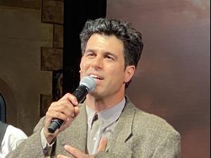 """טל מוסרי נחנק מבכי בסוף הצגת """"בוסתן ספרדי"""" הראשונה בתיאטרון הבימה אחרי הקורונה. שגיא בן נון, מערכת וואלה!"""