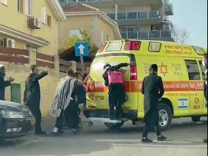 הרב ברלנד פונה לבית החולים לאחר שנפל, עשרות חסידיו תועדו רודפים אחרי האמבולנס  5.4.21. יואב איתיאל