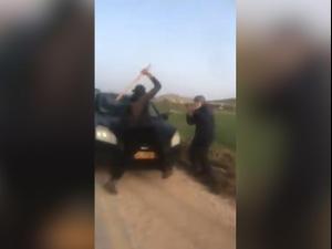 תיעוד: פעיל השמאל הרב אריק אשרמן מותקף בידי מתנחל בבנימין 07.04.21. אין, מערכת וואלה!