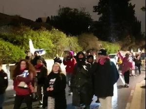"""מפגינים צועדים מאזור מעון רה""""מ בבלפור לכיוון בית הנשיא 10.04.21. אין, אתר רשמי"""