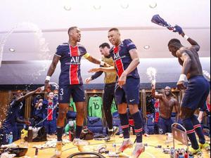 שחקני פריז סן ז'רמן חוגגים בחדר ההלבשה את הניצחון על באיירן. חשבון הטוויטר של פריז סן ז'רמן, אתר רשמי