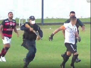 שוטר רודף אחרי כדורגלן בברזיל. מתוך טוויטר, צילום מסך