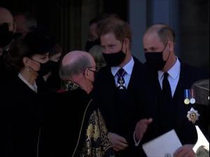 הנסיכים וויליאם והארי תועדו משוחחים במהלך ההלוויה של הנסיך פיליפ 18.4.21. רויטרס