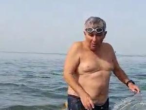 """""""הכריש הכניס לי פליק ברגל"""": ישראלים מתעלמים מהאזהרות ומתקרבים לחוף בחדרה 20.4.21. שלומי גבאי"""