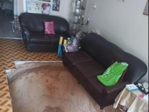 """הרצפה קרסה: בור נפער באמצע סלון של דירה ברמת גן  20.4.21. צילום: """"תושבי רמת גן"""", באדיבות המצולמים"""
