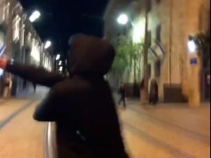 פעיל ימין מרסס גז פלפל לעבר מפגינים בירושלים 23.04.21. ללא, מערכת וואלה!