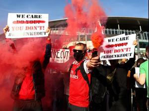 אוהדי ארסנל מפגינים נגד הבעלים סטן קרונקי. טוויטר, אתר רשמי