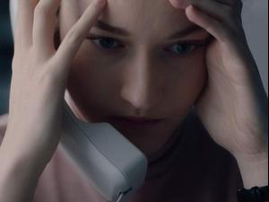 """ג'וליה גארנר ב""""עוזרת אישית"""". רד קייפ,"""