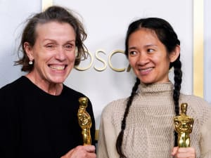 """הבמאית קלואי ז'או והשחקנית פרנסס מקדורמנד עם פרס האוסקר לסרט הטוב ביותר על """"ארץ הנוודים"""", 25 באפריל 2021. רויטרס"""