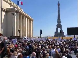 """""""צדק לשרה חלימי"""":  אלפים הפגינו בפריז נגד ההחלטה שלא להעמיד לדין גבר שהרג בת 65  26.4.21. מתוך טוויטר, צילום מסך"""
