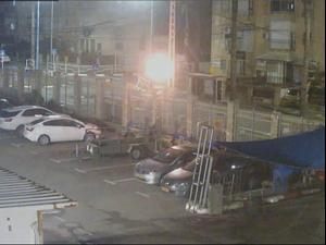 """תיעוד: בן 16 קונה דלק ומשליך בקבוק תבערה לעבר תחנת עכו - """"כי שוטרת דיברה לא יפה""""  27.4.21. מצלמות אבטחה, צילום מסך"""