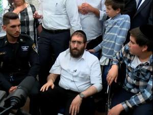 השוטר רמי עלואן בביקור משפחת חיות לאחר שהציל את האב אביגדור ובנו באסון במירון  03.05.21. יותם רונן