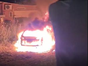 רכב שהוצת בשכונת שייח ג'ראח במזרח ירושלים, 6 במאי 2021. מאיה הורודניצ'אנו