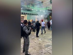 בוידאו: עימותים בהר הבית: מתפללים מיידים אבנים לעבר שוטרים. אין, מערכת וואלה!