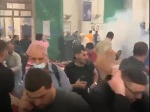 רימון הלם מושלך לתוך מסגד אל-אקצא בהר הבית, 7 במאי 2021. שימוש ברשתות חברתיות על פי סעיף 27 א', צילום מסך