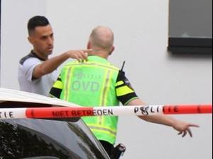 ערן זהבי ליד ביתו באמסטרדם עם שוטר. INTER VISUAL STUDIO, אתר רשמי