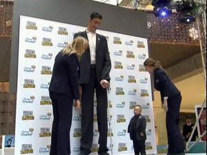 מפגש קצוות: האיש הגבוה והאיש הנמוך בעולם נפגשו לראשונה. רויטרס