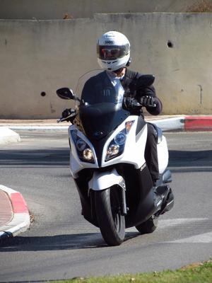 רק החוצה מבחן קטנועים: קימקו דאון טאון 300 או סאן יאנג ג'וימקס 300? - וואלה TE-03