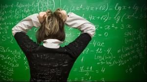 תלמידה עומדת מול לוח