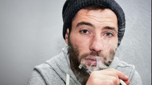 גבר מעשן (ShutterStock)