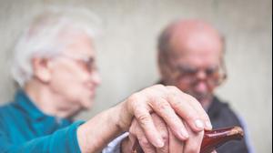 זוג קשישים מחזיקים ידיים