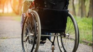 אילוסטרציה נכה עם כיסא גלגלים