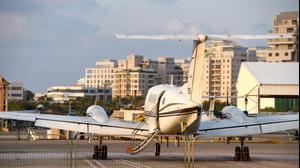 מנחת מטוסים בבסיס שדה דב, תל אביב