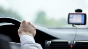 גבר נוהג במכונית ונעזר בג'י פי אס
