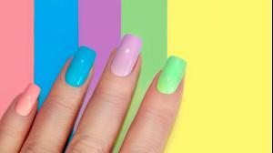 ציפורניים עם לק בצבעי פסטל ניאון