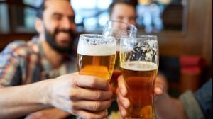 בחורים צעירים שותים בירה בבר