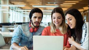 סטודנטים לומדים מול מחשב