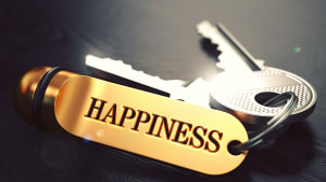 מחזיק מפתחות שכתוב עליו HAPPINESS. אושר. ShutterStock