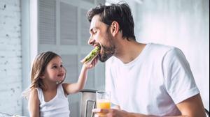 אבא וילדה אוכלים ארוחת בוקר