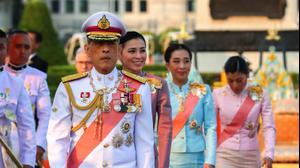 מלך תאילנד והמלכה (מאחוריו) בטקס בבנגקוק, 23 באוקטובר 2019