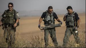 שוטרים מפנים נפל של רקטה בגבול רצועת עזה, 13 בנובמבר 2019