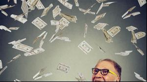 אדם מבוגר עם כסף. ShutterStock