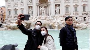 תיירים לובשים מסיכות למניעת הדבקות בקורונה ברומא, איטליה. 22 בפברואר 2020
