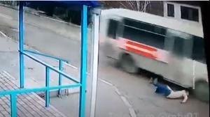 упала под автобус